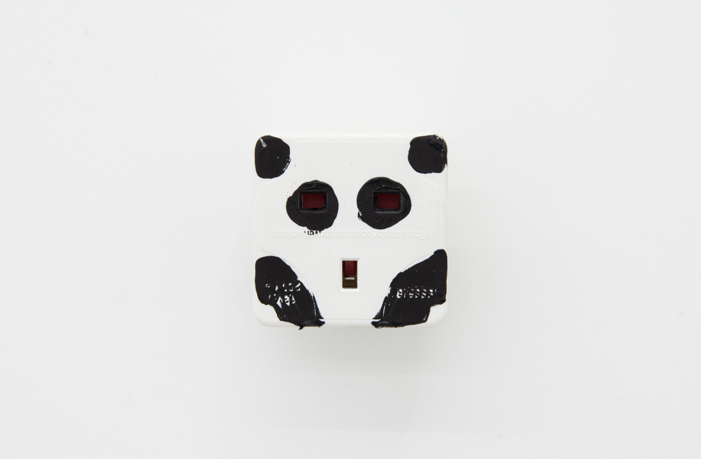 KEITH FARQUHAR  Scream #3</I>, 2019 Oil on travel adaptor 6 x 6 x 4,6 cm / 2.3 x 2.3 x 1.8 in