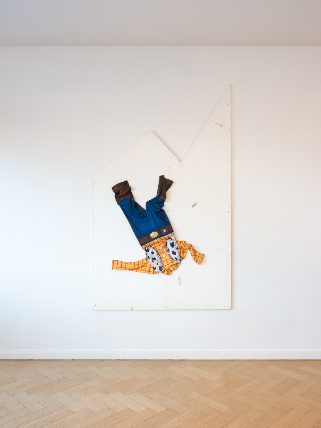 KEITH FARQUHAR  Falling and Laughing,  2021 Found clothes on found wood 196 x 122 x 5 cm / 77 1/8 x 48 1/8 x 2 in - High Art Gallery Paris