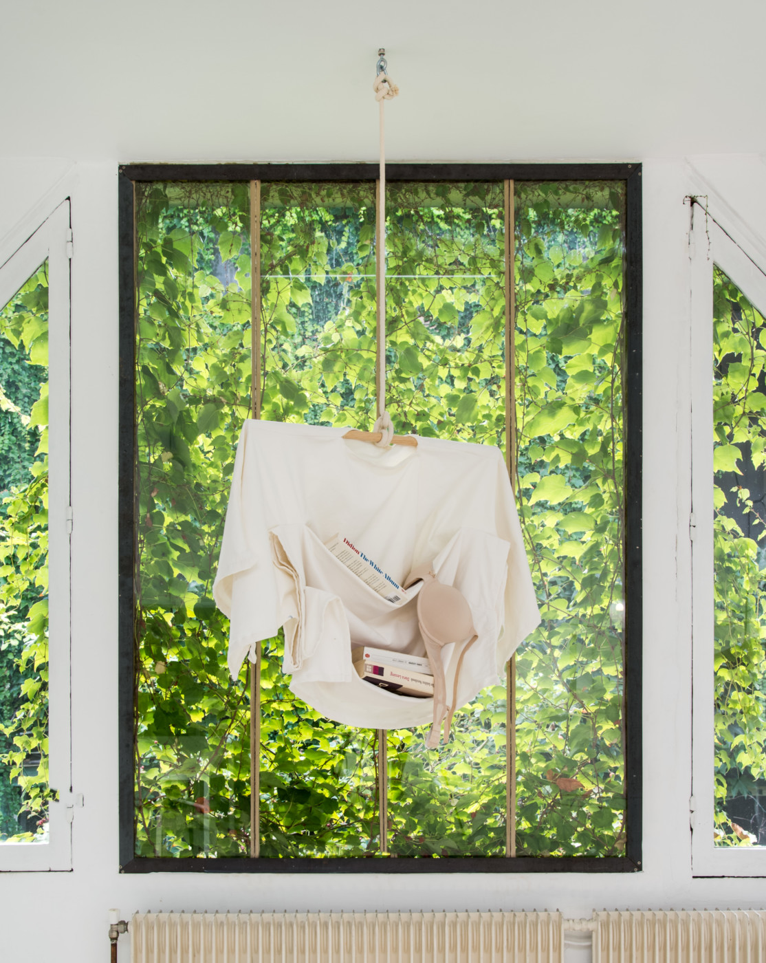 MÉLANIE MATRANGA  Moi , 2018 Cotton, wood, ropes, bra, books 133 x 55 x 22 cm / 52.4 x 21.6 x 8.6 in - High Art Gallery Paris